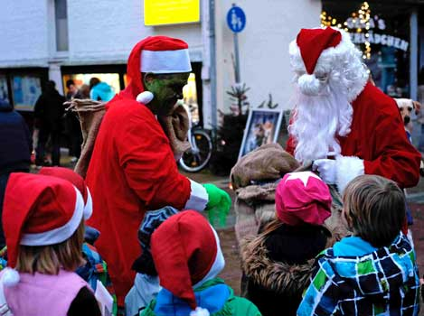 Der Grinch versuchte, den Geschenkesack vom Weihnachtsmann zu stehlen - Foto: LAK