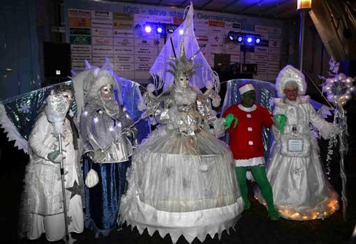 Mit großem gefolge war die Schneekönigin der Blickfang der Christmas Party - Foto: LAK