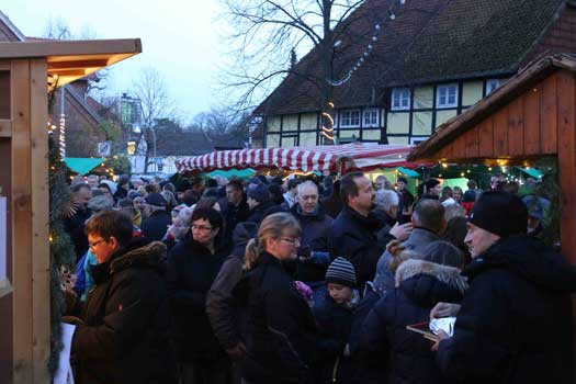 Bereits am Nachmittag war der Markt an der Kirche in Ilten gut besucht - Foto: LAK