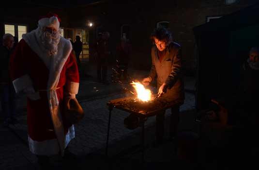 Auch bei der Schmiede des Regionalmuseums mit Erhard Niemann schaute der Nikolaus vorbei - Foto: JPH