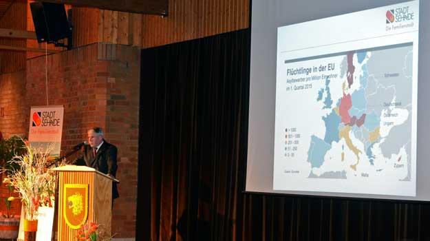 Bürgermeister Carl Jürgen Lehrke rief am Ende seiner Rede zur Kommunalwahlteilnahme auf - Foto: JPH