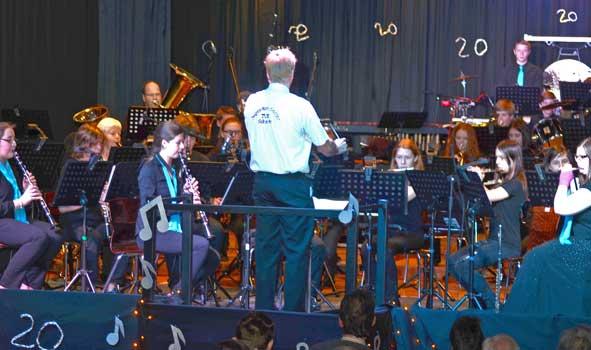 Das Konzert begann Uwe Keuneke mit dem Jugendorchester - Foto: JPH