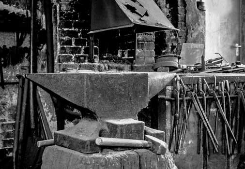Wartet nur auf den Schmied: Esse, Amboss und Werkzeug - Foto: B. Thomas