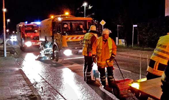 In Sehnde wurde an der B 65 mit der Reinigung begonnen - Foto: Stadtfeuerwehr Sehnde