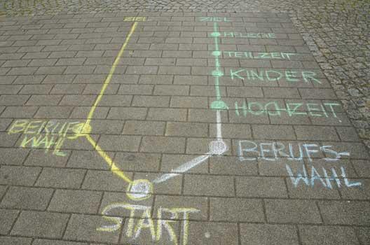 """Der Berufsweg der frauen (rechts) ist von zahlreichen """"Unterbrechungen"""" gekennzeichnet - Foto: JPH"""