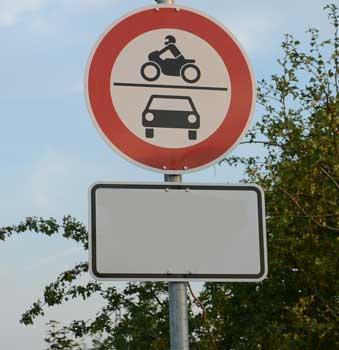 Hier dürfen grundsätzlich keine Kraftfahrzeuge durchfahren - das Zusatzschild regelt die Ausnahmen - Foto: JPH