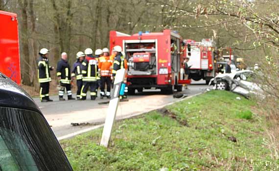 Vier Löschfahrzeuge waren am Unfallort - Foto: Stadtfeuerwehr Sehnde