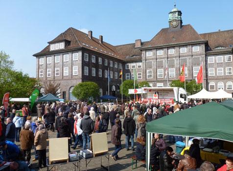Gut besucht war der Marktplatz in Lehrte am 1. Mai - Foto: DGB
