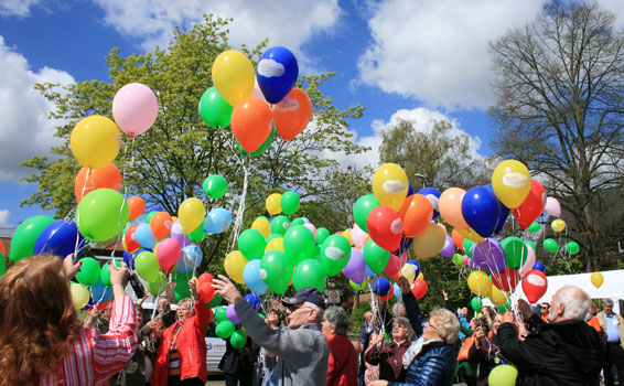 Mit einer Ballonaktion erinnerte der SoVD daran, dass Barrierefreiheit mehr als abgesenkte Bordsteine ist – Foto: SoVD
