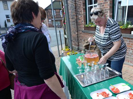 Am Dorfladen bot Silke Gora (re.) Quark udn Bowle mit erdbeeren an - Foto: JPH
