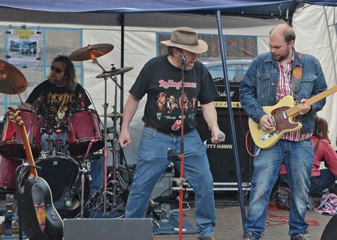Highlight war die Travelin' Band mit Drummer Thomas Steinke, Sänger Hans Werner Markus und Gitarrist Philipp Markus (v.li.) - Foto: JPH