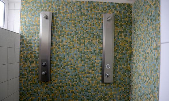 Der Wasserdruck in diesen Duschen stimmt und fällt nicht ab, sagt die Stadtverwaltung - Foto: JPH