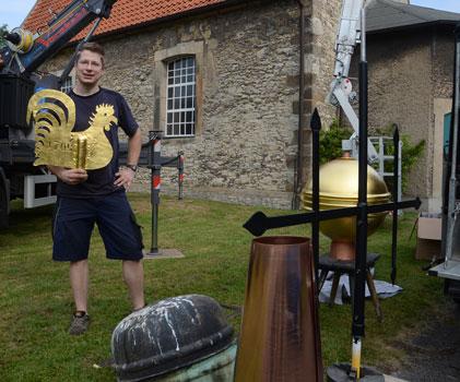 Dirk Zeyher mit der neuen Bekrönung und dem alten Knopf - Foto: JPH