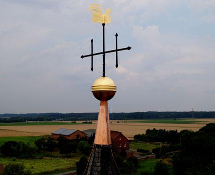 Die Kirchturmspitze ist wieder komplett, der Hahn zurück - Foto: B. Nolle