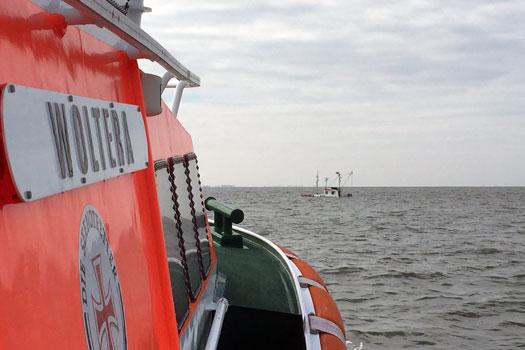 "Das Seenotrettungsboot ""Woltera"" der DGzRS nähert sich dem im Wattenmeer gesunkenen Hobbykutter - Foto: DGzRS – Die Seenotretter"