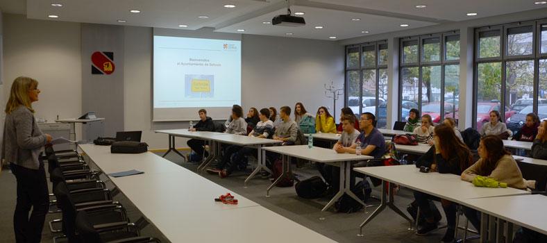 Maike Vorholt (li.) begrüßte die 23 Gäste und ihre Lehrer - Foto: JPH