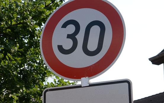 30 Kilometer sind nur dort erlaubt, wo dieses Schild steht, nicht in Spielstraßen - Foto: JPH